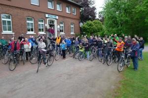 """Mit großem Hallo starteten die """"Heimatklang-Sänger"""" zu ihrer 35 km langen Radeltour."""