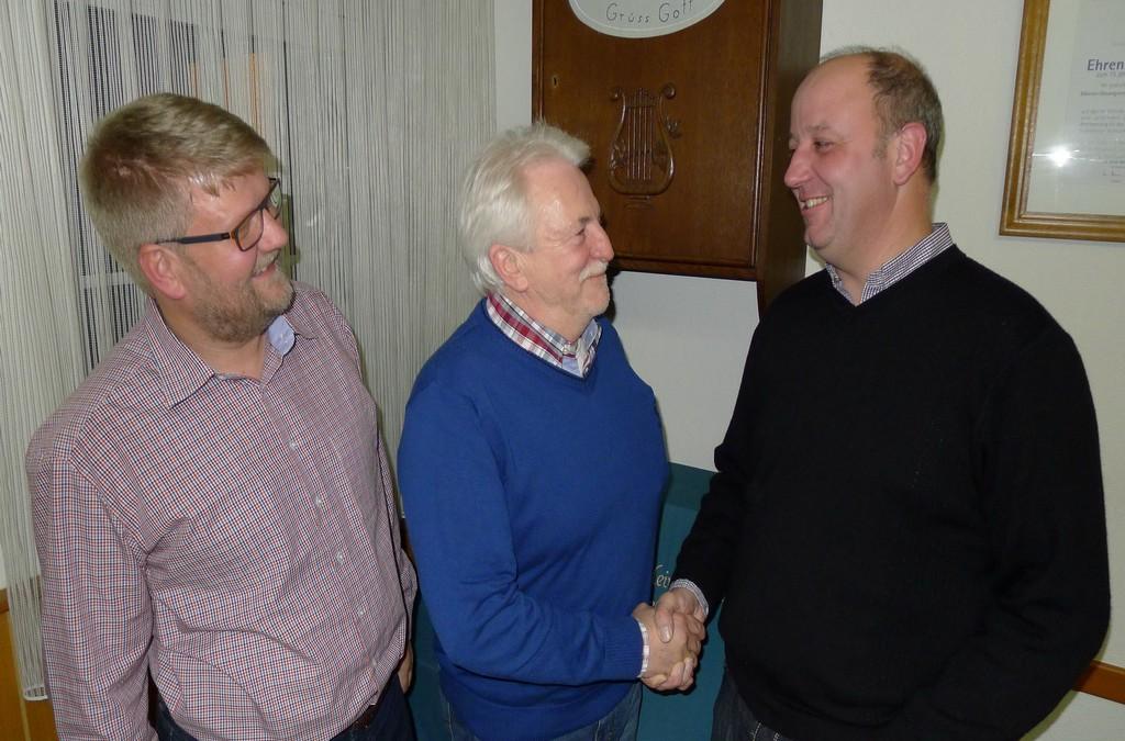 Ralf Krumme gratuliert dem neuen 2. Vorsitzenden Reimund Spieker