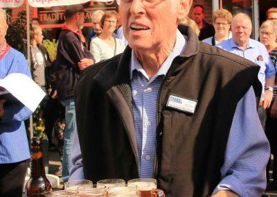 Seniorchef Horst Ruecker bedankte sich mit frisch gezapften Gerstensaft