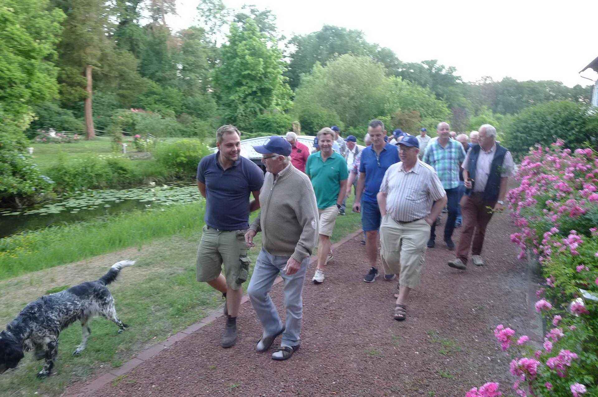13 ...zu Fuß ging es durch den wunderschoenen Gartenpark