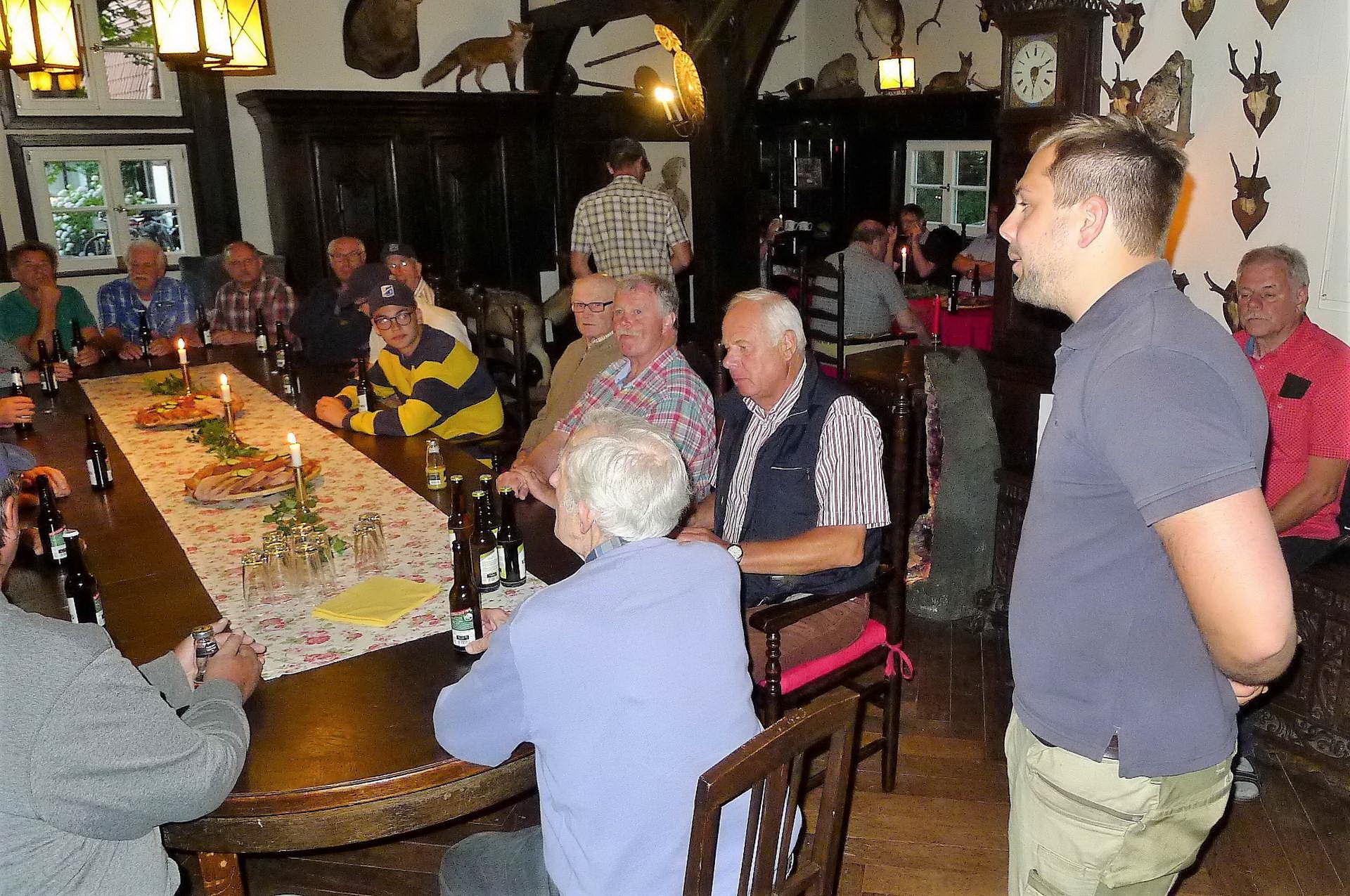 15 Im Rittersaal gab es dann die leckeren Schinken - und Wurstbrote