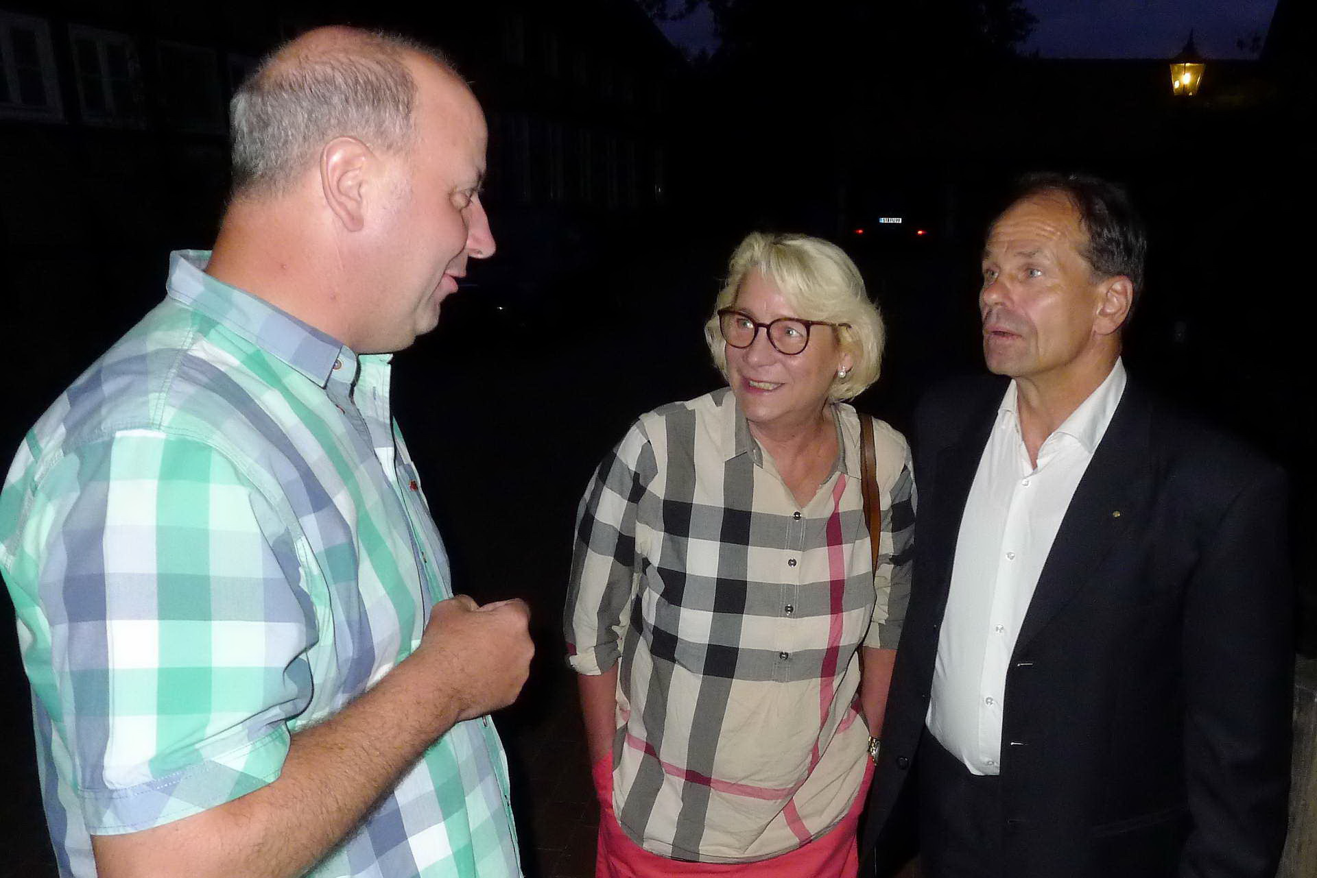 16 Ralf Krumme bedankt sich beim Gutsherrenpaar Freya und Ulrich Erpenbeck