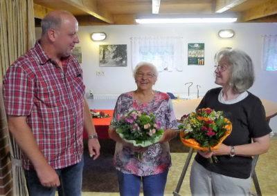 04 Blumen gab es für die Saengerfrauen Ilse Hergemoeller und Gisela Buller