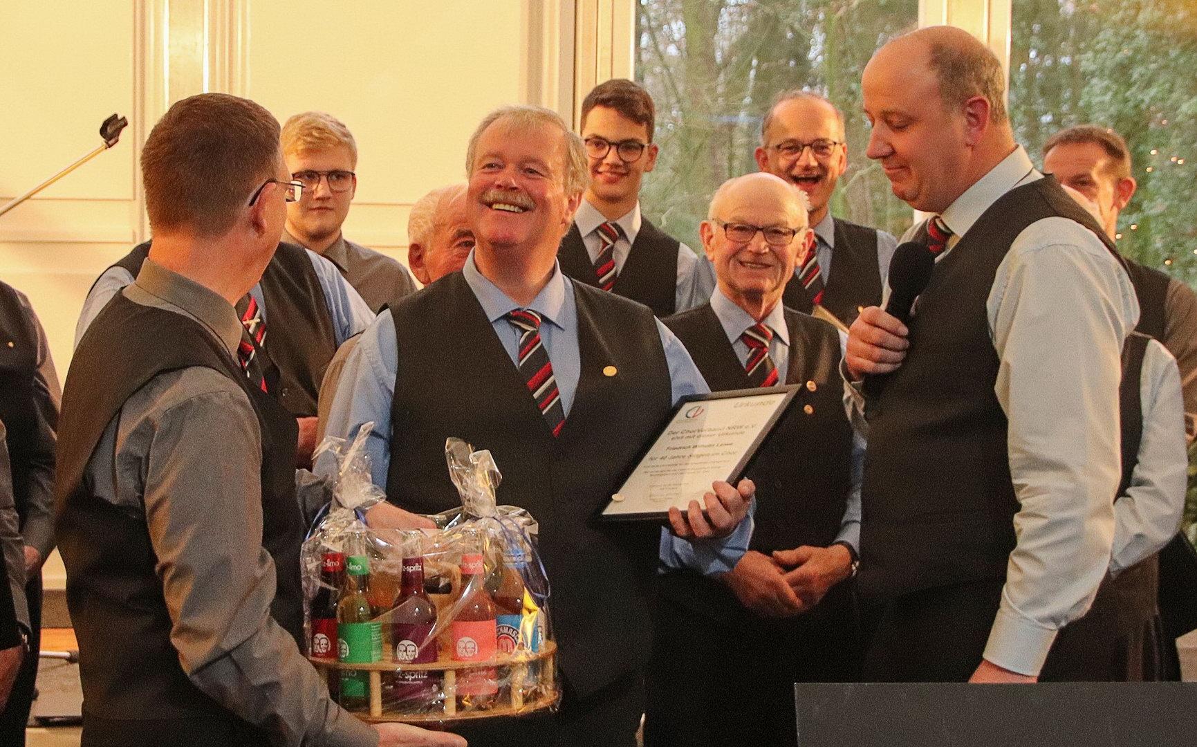 04 Friedrich-Wilhelm Leiwe erhält FRIZZ-KOLA fuer 40 Jahre im MGV