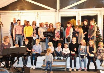 06 Der Kleine Chor und die Kinder begleitet Von Julia Prigge und Andreas Oeljeklaus