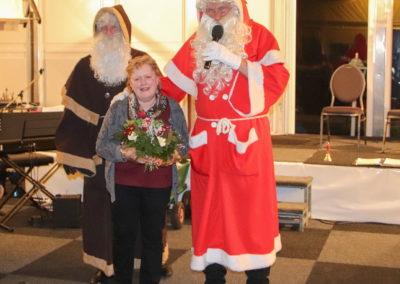 09 Nikolaus und Ruprecht mit Blumenstrauß für Wirtin Marianne Schroeer