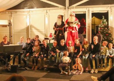 13 Feliz Navidad sangen die Kinder mit dem Nikolaus
