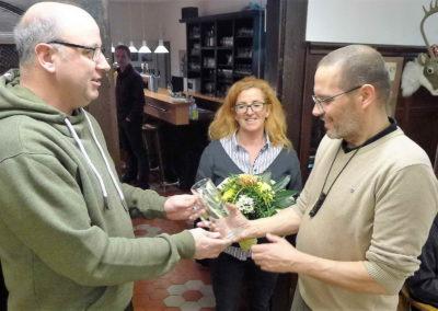 02 Blumen und Vereinskrug als Gastgeschenk fuer Ehefrau Christina und Thomas