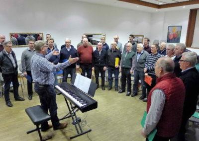 03 Chorleiter Andreas Oeljeklaus stimmt das Staendchen an