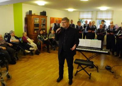 01 Chorleiter Andreas Oeljeklaus kuendigt die Lieder an